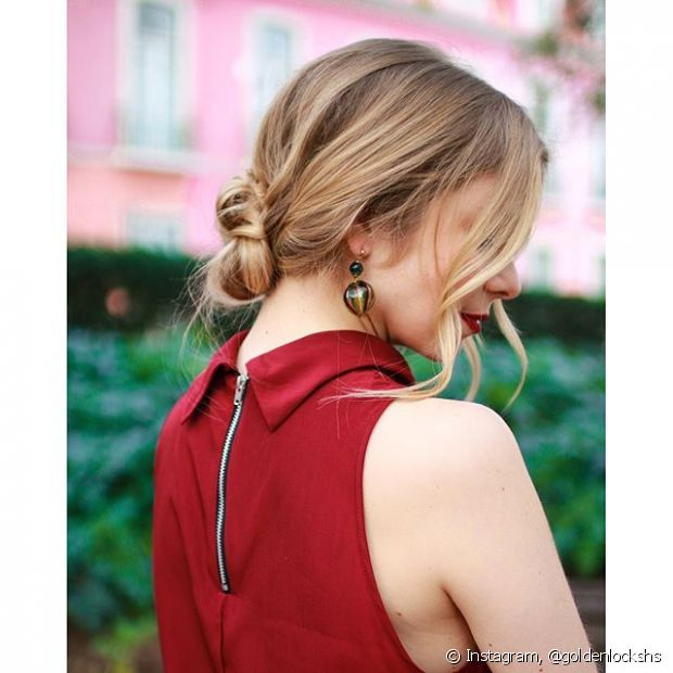 Quando chega um convite para um casamento na praia, além de se preocupar com o vestido e a maquiagem, o penteado também pode ser um desafio por conta do local
