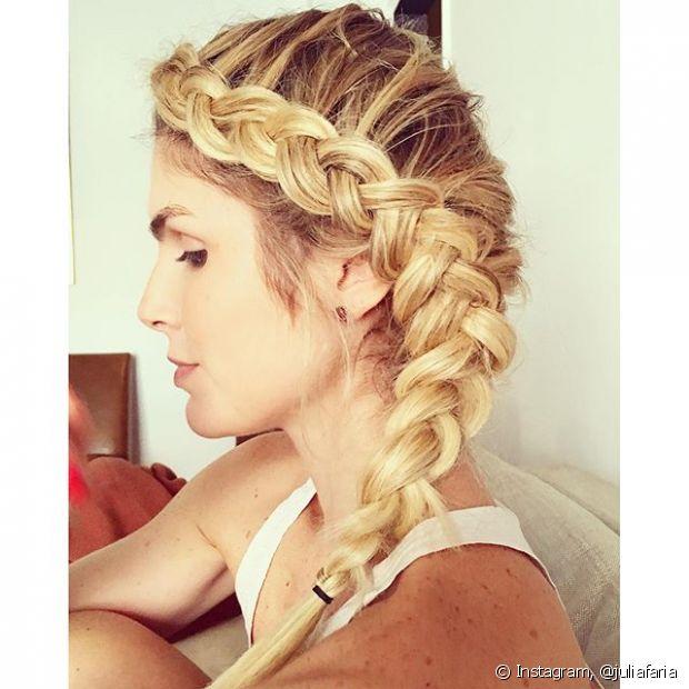 A trança lateral embutida fica linda em mulheres de cabelos loiros com mechas
