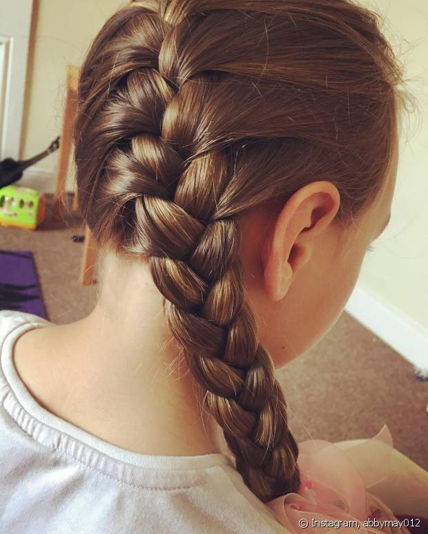 O penteado fica superarrumadinho e pode ser usado em festas mais chiques, como casamentos e formaturas