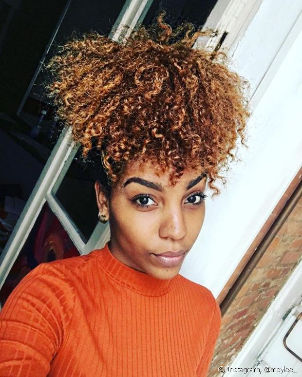 Coque abacaxi é aquele penteado básico e supersimples de fazer, mas que garante um visual muito estiloso para as donas de cabelos cacheados