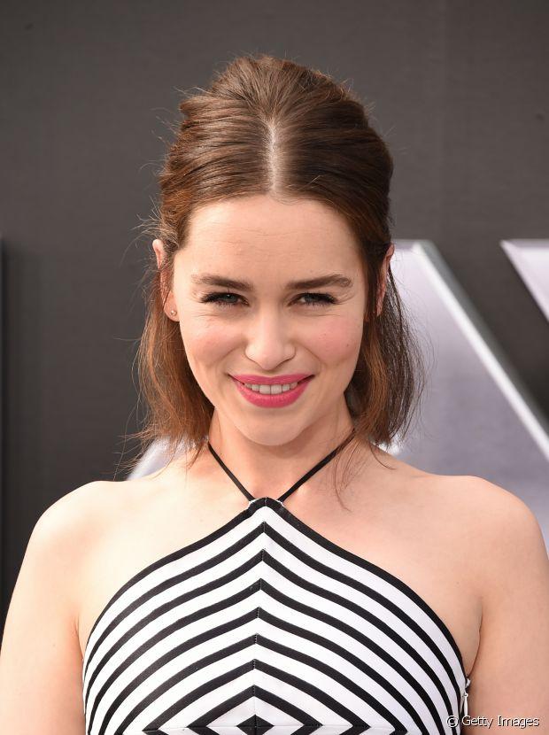 Emilia Clarke também está com o corte trapézio e fez uma finalização poderosa nos fios