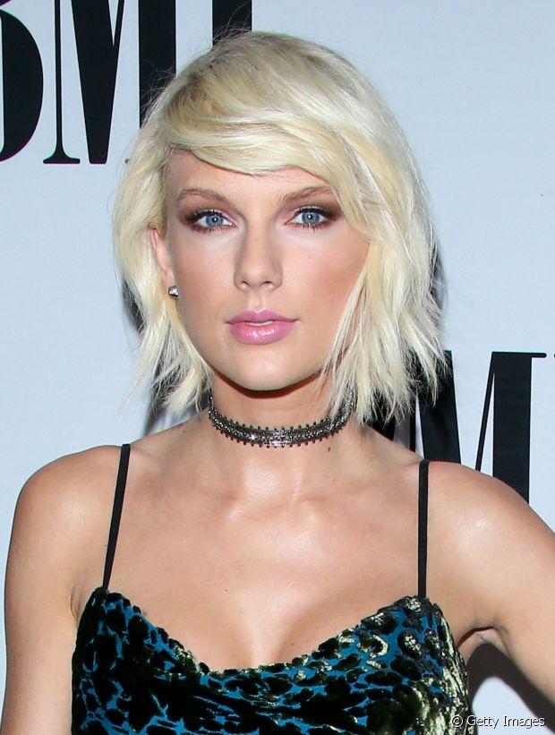 Taylor Swift está platinada e com o corte trapézio