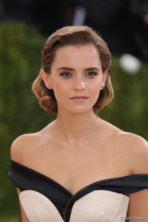 Emma Watson ivestiu no corte trapézio, que deixou a região do corpo bem aparente. Ficou bastante elegante com essa finalização e com esse vestido, né?