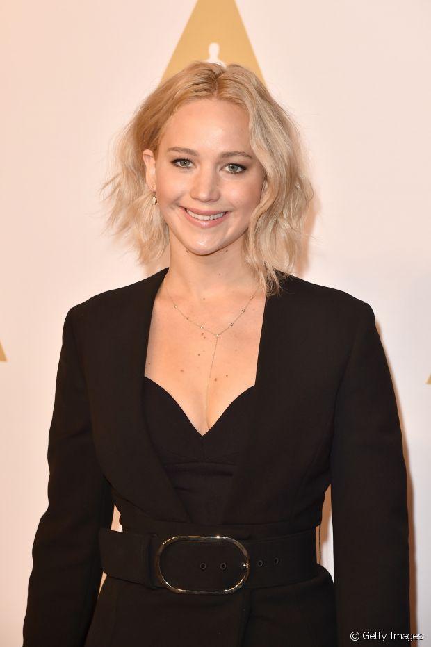 Jennifer Lawrence desfila seus fios platinados com o corte trapézio