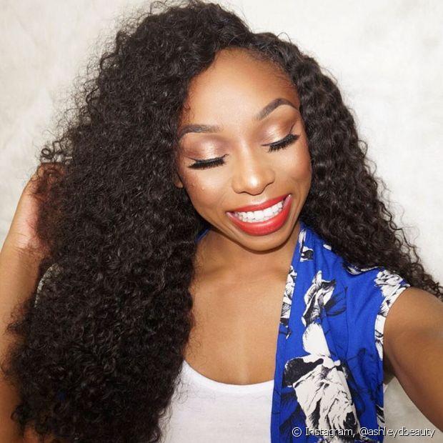 Fica ainda mais difícil para a oleosidade chegar até o fim do cabelo, resultando em muito frizz e as terríveis pontas duplas