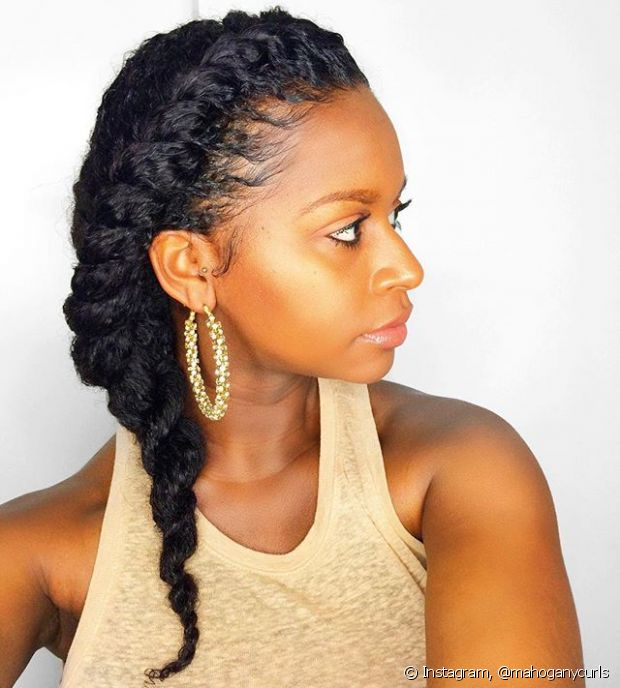 A trança lateral embutida pode ser feita em todos os tipos de cabelo. Olha como ficou lindo no cabelo cacheado