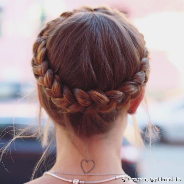 Coroa de trança pode ser feita apenas com uma trança embutida em todo o cabelo