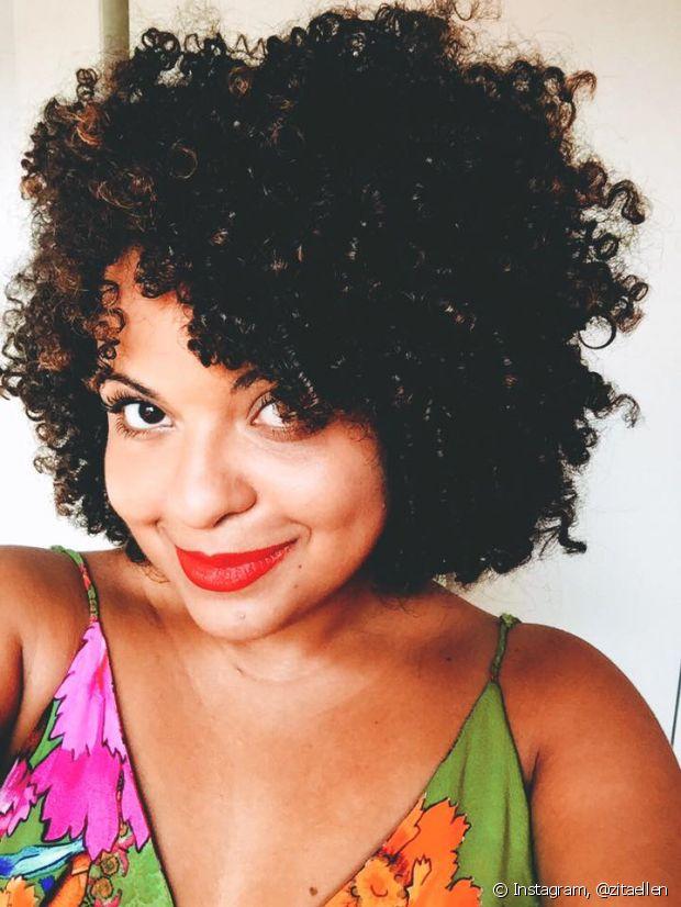 Ellen Rodrigues (@zitaellen) adora testar novos produtinhos capilares em seus cachos