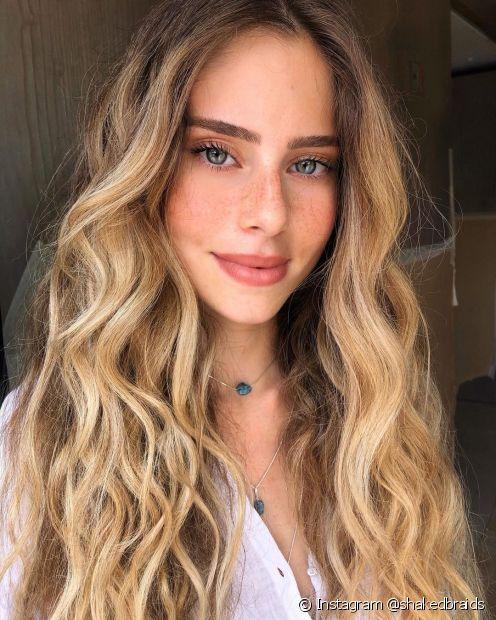 O cabelo longo com mechas renova o visual (Instagram @shakedbraids)
