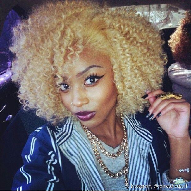 Apesar de muita gente dizer que a pele negra e o cabelo loiro claro causam um contraste muito forte, isso é bobagem se o seu desejo é ser loira
