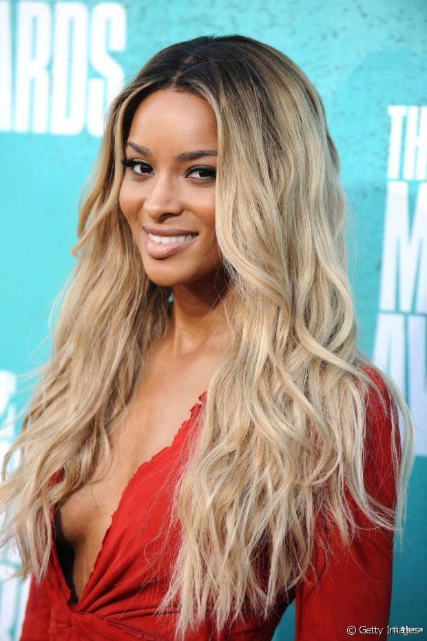Mulheres negras podem platinar o cabelo, sim! Afinal, o que te impede? O look é super estiloso, está em alta e mostra toda a personalidade e empoderamento que mora dentro de você