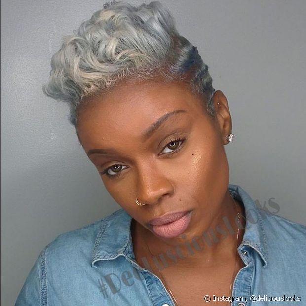 O ideal é que a descoloração, à princípio, seja feita em mechas para, em seguida, ser realizada no cabelo como inteiro