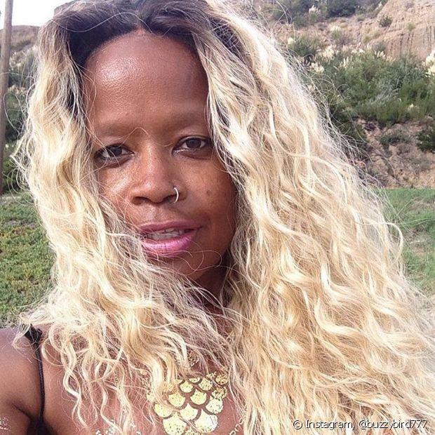 Os cabelos platinados precisam de cuidados especiais, principalmemente, por conta da descoloração
