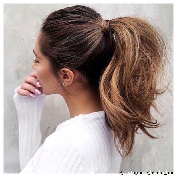 Você pode desfiar os cabelos com o pente fino para dar volume ao rabo de cavalo