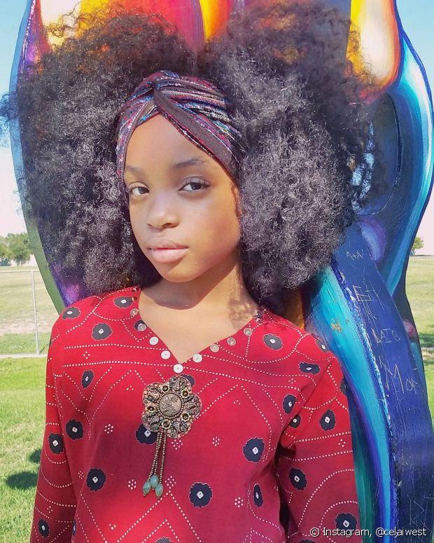 Lenços e turbantes valorizam os cabelos cacheados/crespos
