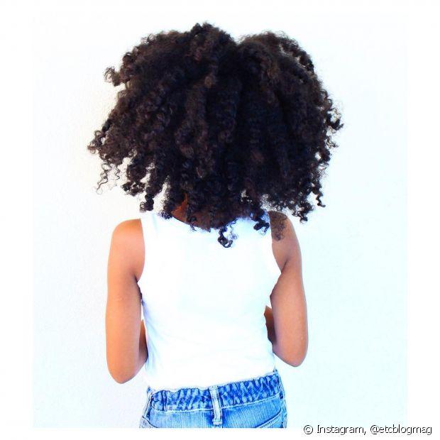 A hidratação é muito importante para os cabelos cacheados já que eles são bem mais ressecados