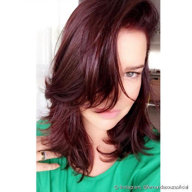 Fernanda Souza pinta o cabelo de ruivo com a cor 6.56 Vinho Marsala, de Brilho&Ton