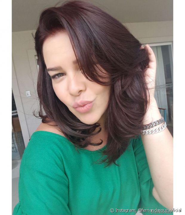 O tom Vinho Marsala realçou a cor dos olhos verdes de Fernanda Souza