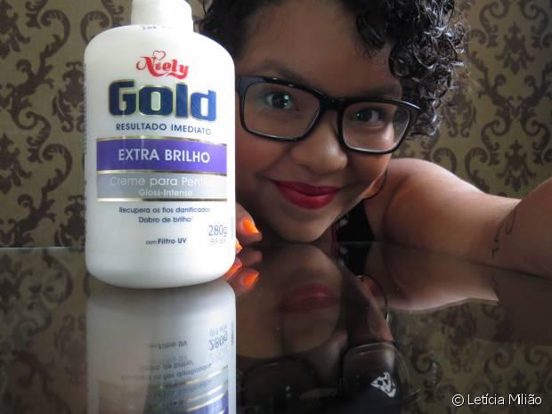 Letícia Milião gosta de finalizar os fios com o creme para pentear Niely Gold Extra Brilho