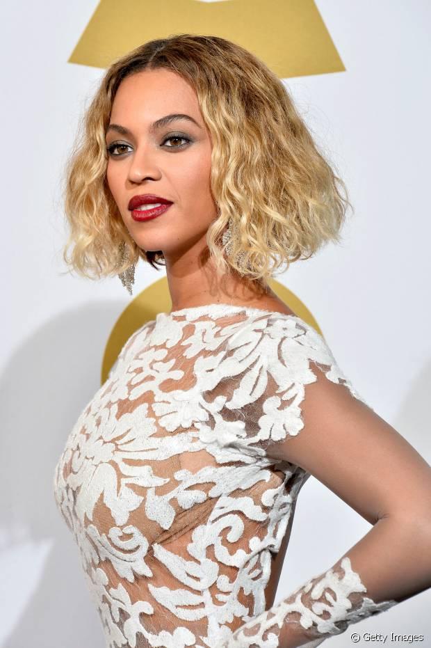 Beyoncé apareceu com seu long bob frisado que pode ser feito com tranças