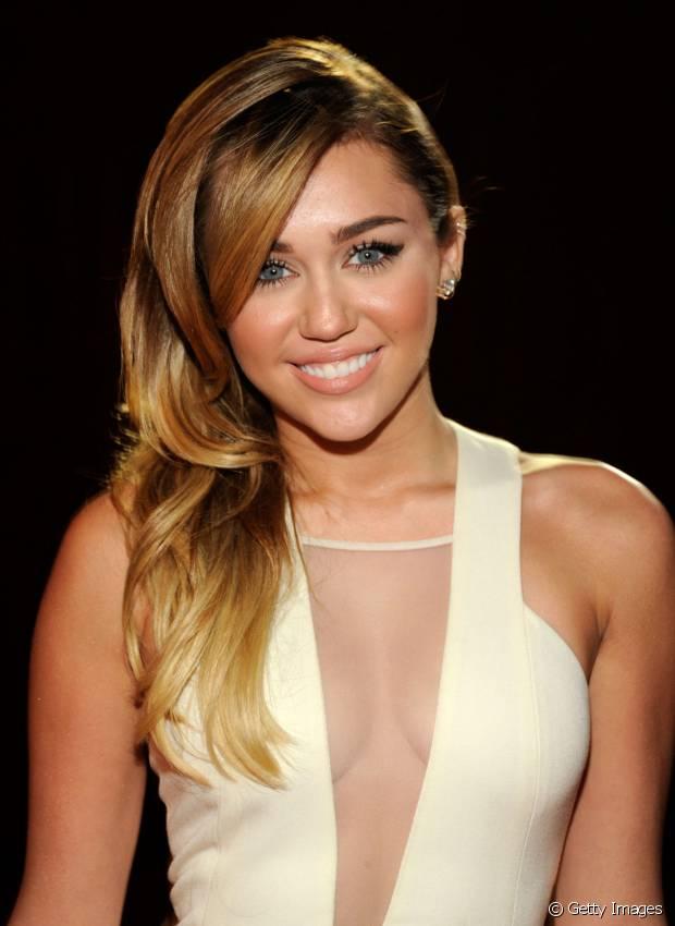 No ínicio de 2012, Miley Cyrus ainda usava os cabelos longos e apostava nas mechas californianas