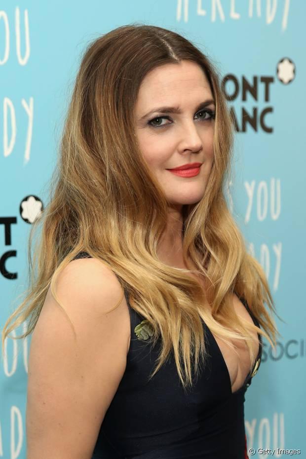Drew Barrymore ainda usa as mechas californianas mais claras no cabelo loiro