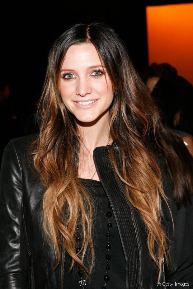 A cantora Ashlee Simpson investiu na moda das mechas mais claras que os cabelos castanhos em 2010