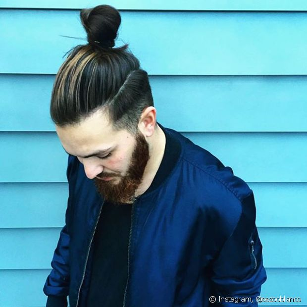 O clássico coque alto ganhou status badboy depois que os homens de cabelos compridos começaram a apostar no jeito 'samurai' de prender as madeixas