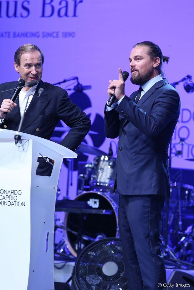 Leonardo DiCaprio apareceu em um evento recentemente também exibido os fios mais compridinhos e já possibilitando criar um minicoque