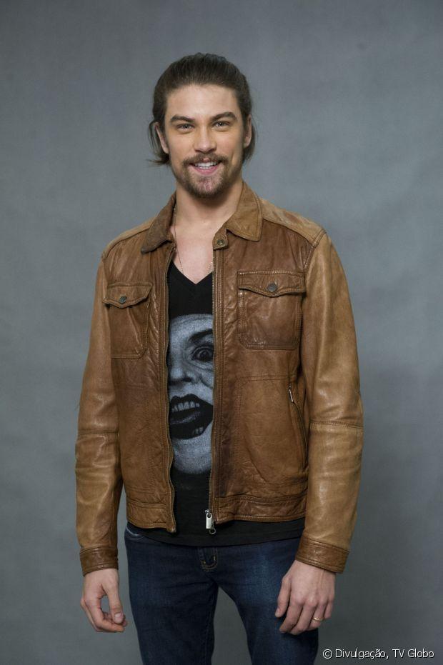 Raphael Sander, ator de 'Verdades Secretas', apostou no coque samurai para viver o modelo Leo