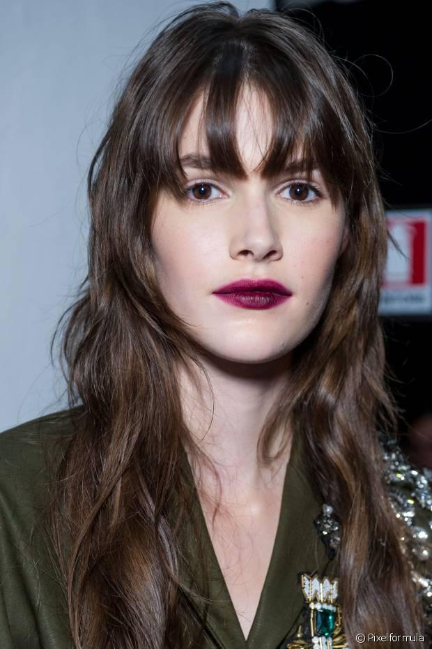 Segundo a hairstylist, o corte desfiado é indicado para as mulheres de cabelos grossos e resistentes