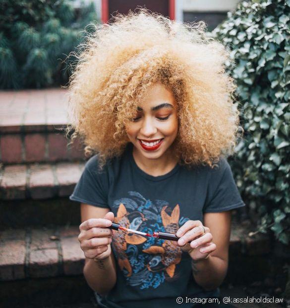 Para cuidar dos cabelos loiros, invista em reconstruções e hidratação