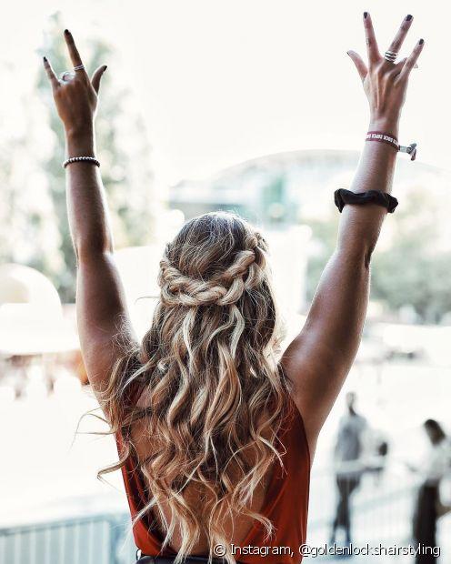 Os cachos nas pontas do cabelo deixam a tiara de trança mais romântica e despojada