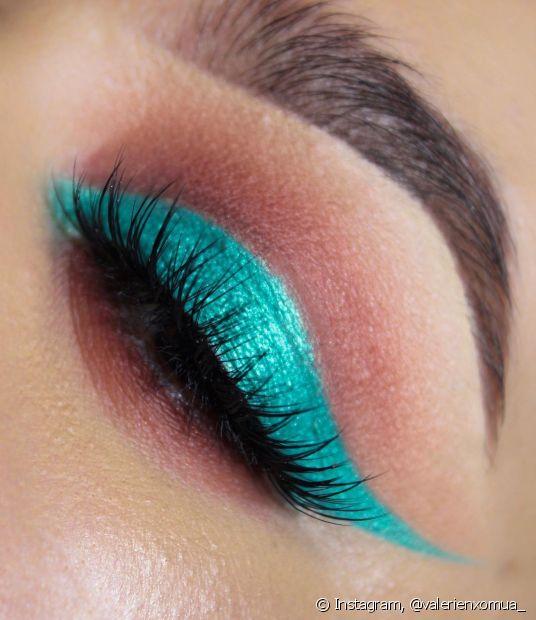 O azul turquesa é ideal para fazer a técnica de color blocking na maquiagem
