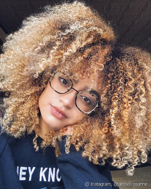 A babosa é ótima para ajudar na definição de cabelos cacheados e crespos
