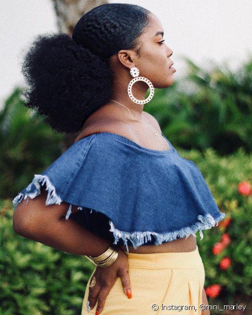 O afro puff é um penteado usado pelas crespas e pode ser feito no topo da cabeça ou mais embaixo