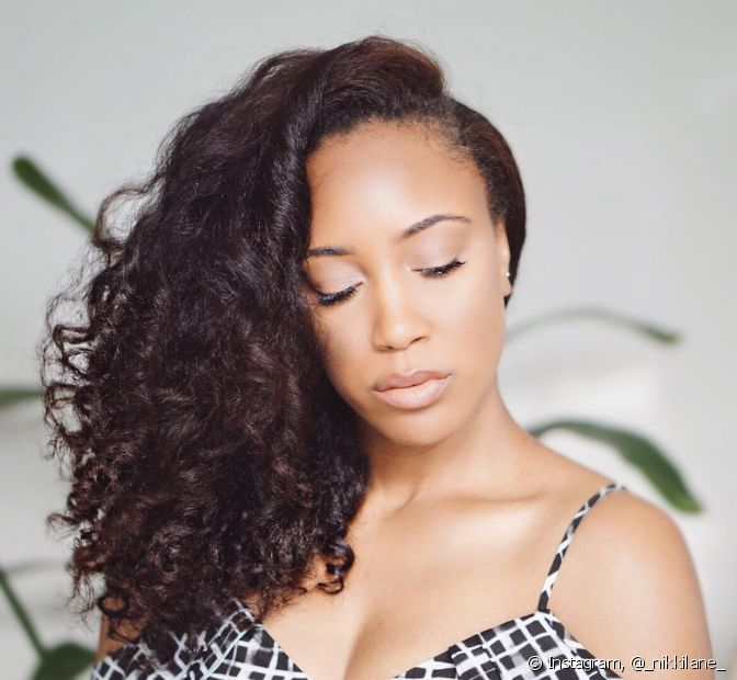 Na transição capilar, é comum achar que os cabelos que nascem próximo à nuca crescem mais rápido do que os que ficam no topo da cabeça