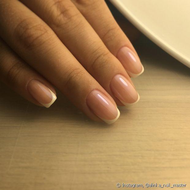 As unhas podem ficar amareladas por diferentes fatores