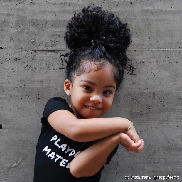 Os penteados para as crianças de cabelo cacheado não precisam ser os mesmos! Invista em diferentes modelos de trança, no coque abacaxi e em acessórios