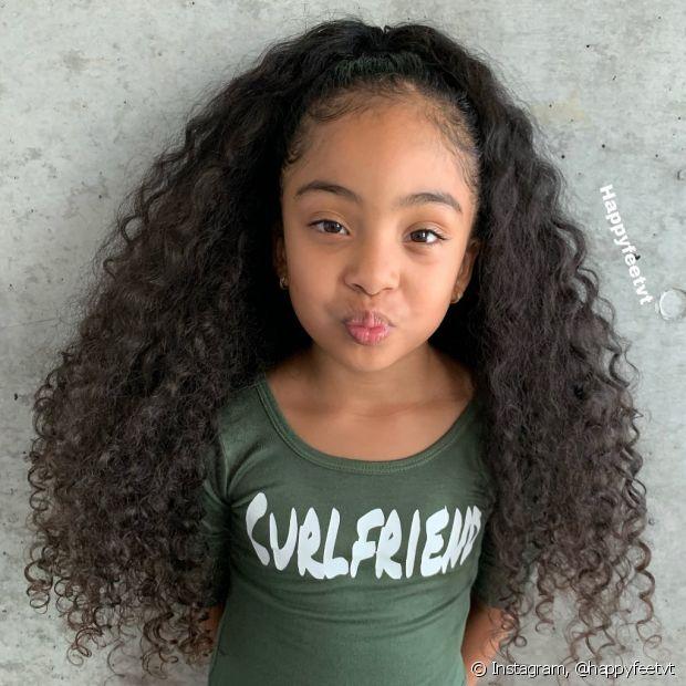 O semipreso simples é o penteado infantil para cabelos cacheados perfeito (Foto: Instagram @happyfeetvt)