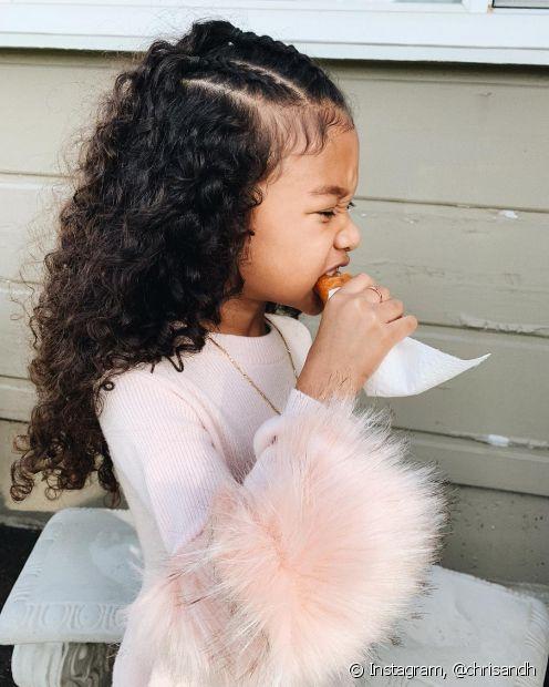 Você pode usar as tranças de diferentes formas no cabelo cacheado infantil (Foto: Instagram @chrisandh)
