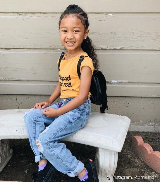 Para ir à escola, o penteado infantil em cabelo cacheado preso é sempre uma boa opção (Foto: Instagram @chrisandh)