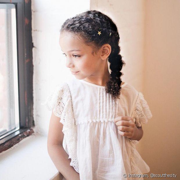Trançar o cabelo cacheado infantil completamente sempre é uma boa opção (Foto: Instagram @scoutthecity)