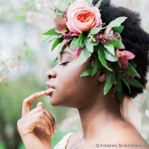 Para as noivas que não curtem véu, outros acessórios, como a coroa de flores, também são ótimas opções