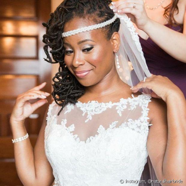 O véu valoriza os cabelos crespos e você pode escolher o estilo que preferir