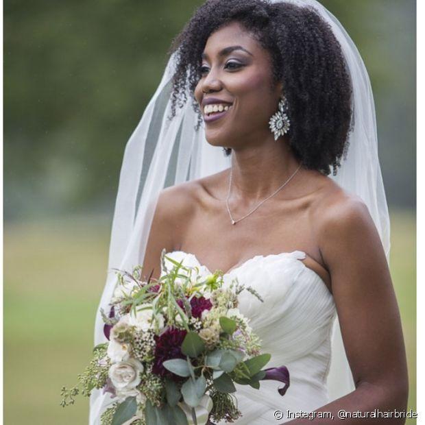 As noivas de cabelo crespo podem, sim, usar véu!