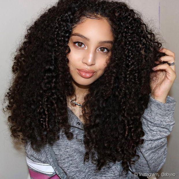 Os cabelos cacheados perdem a definição por causa da falta de tratamentos ou ainda pela finalização incorreta