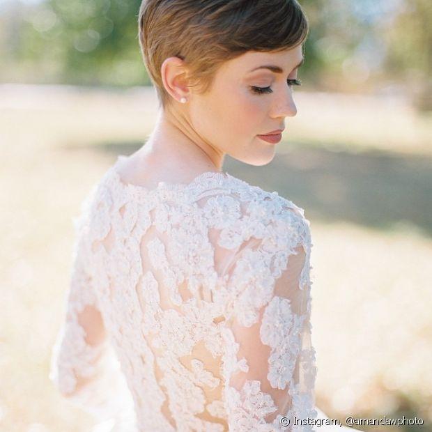 O visual clean destaca o corte pixie e deixa a noiva bem sofisticada e elegante