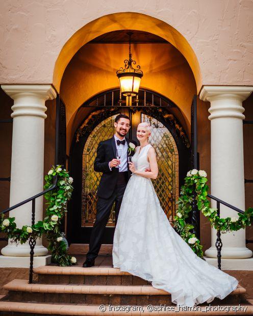 Para deixar o visual estiloso e simples, as noivas com corte pixie podem usar o modelo partido na lateral