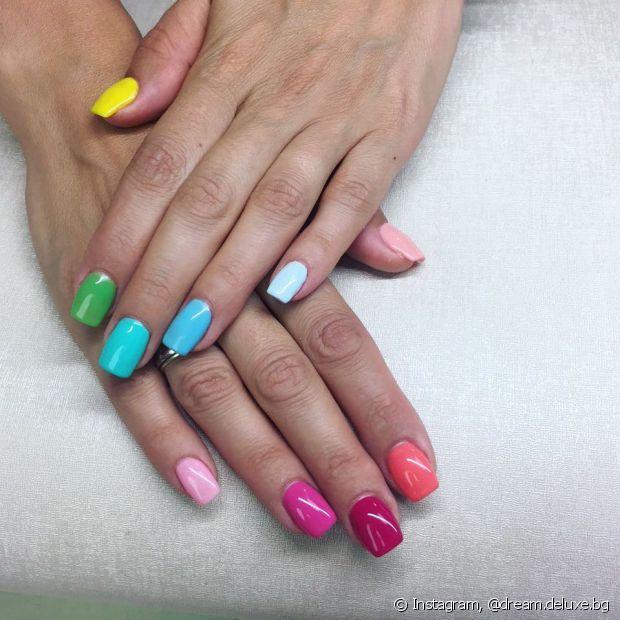 Pintar uma unha de cada cor é tendência e pode ser usada de diferentes maneiras. Solte a imaginação!